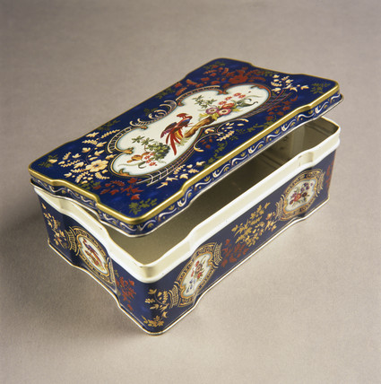 Biscuit tin with lid, 1937-1990.