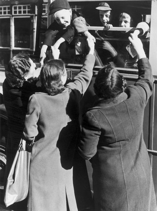 Mothers and evacuees saying goodbye, 4 July 1940.