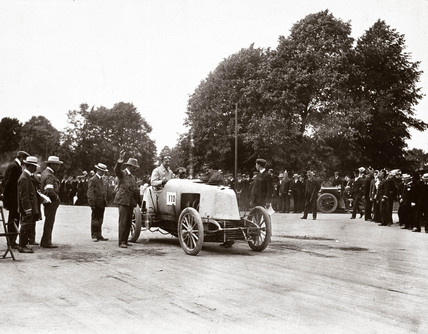 Car at the starting line before the 50 Guinea Cup, Phoenix Park, Dublin, 1903.