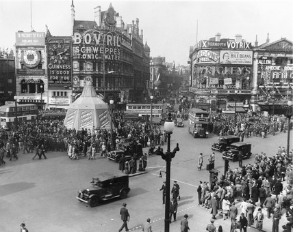 Crowds in Piccadilly Circus celebrating the