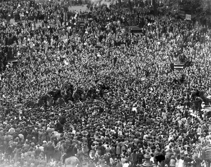 Crowds mob Churchill on his way to the Hous