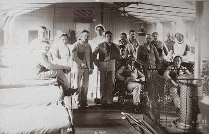 Soldiers and nurses posing on a hospital ward, 1914-1918.