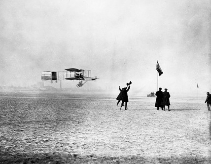 Farman flying the first European full circle, Issy, France, 13 January 1908.