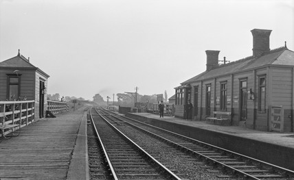 Marsh Gibbon & Poundon Station, up direction, early 20th century.