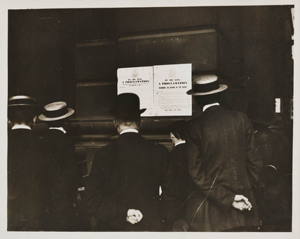People reading Declaration of War, August 1914.