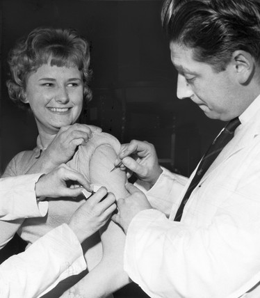 Smallpox vaccination, Manchester Town Hall, January 1962.