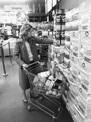 Woman shopping in a German supermarket, November 1979.