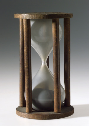 Single sand glass in five pillared wooden mount, 18th century.