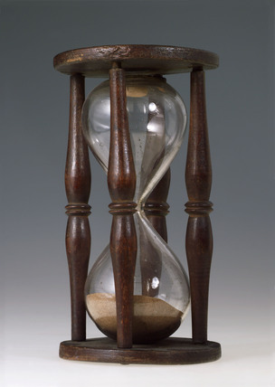 Single sand glass in four pillared wooden mount, 18th century.