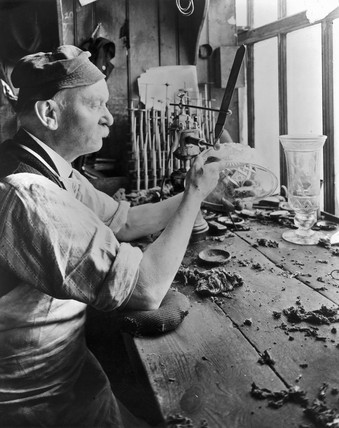 Elderly man engraving a glas bowl, 1929.
