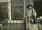 Ellen Terry outside 33 The Paragon, 17 October 1922