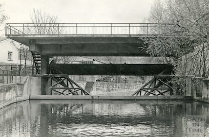 The sluice and platform at Pulteney Weir, Bath, 18 April 1985