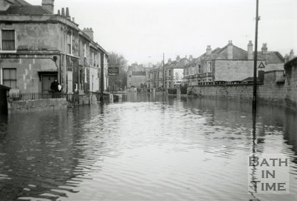 The flooded Pulteney Road from the end of Caroline Buildings, December 1960