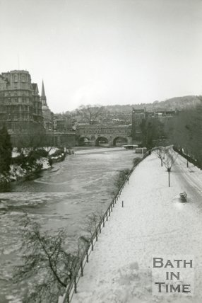 The old weir at Pulteney Bridge in 1960