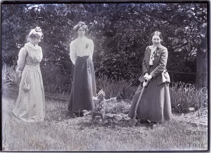 Suffragettes Annie and Kitty Kenney, Adela Pankhurst 1910