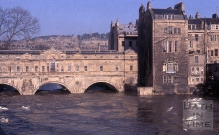 Pulteney Bridge, Bath in flood 1960