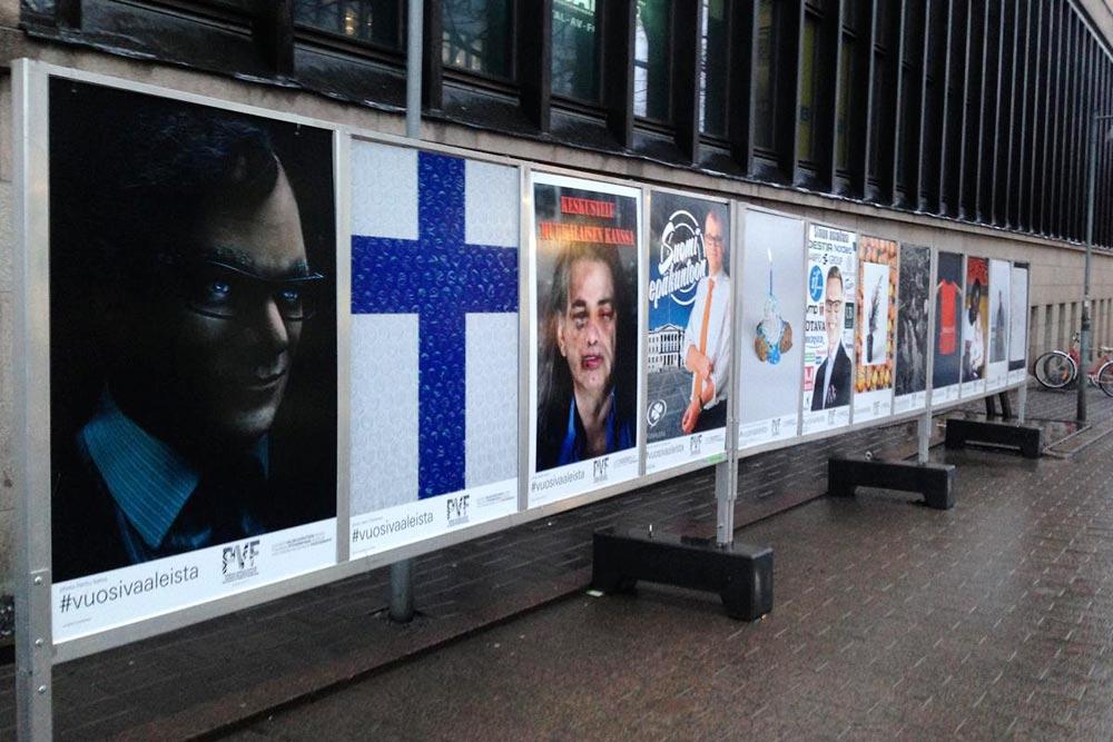 Vuosi vaaleista -kuvat ilmestyivät vaalitelineisiin Helsingin Postitalon seinustalle.