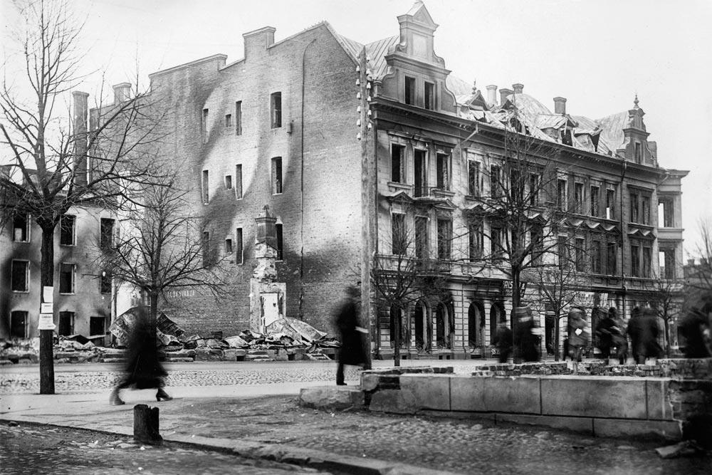 Osoitteessa Hämeenkatu 10 sijainnut uusrenessanssityylinen Hällströmin palatsi paloi Tampereen valtauksen yhteydessä. CC-BY Tampere 1918, kuvaaja Atelier Laurent, Vapriikin kuva-arkisto.