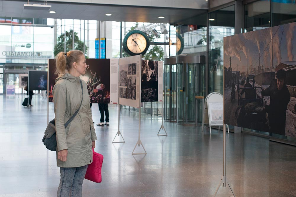 World Press Photo -kuvat ovat esillä keskeisellä paikalla Sanomatalossa. Kuva: Minna Jerrman