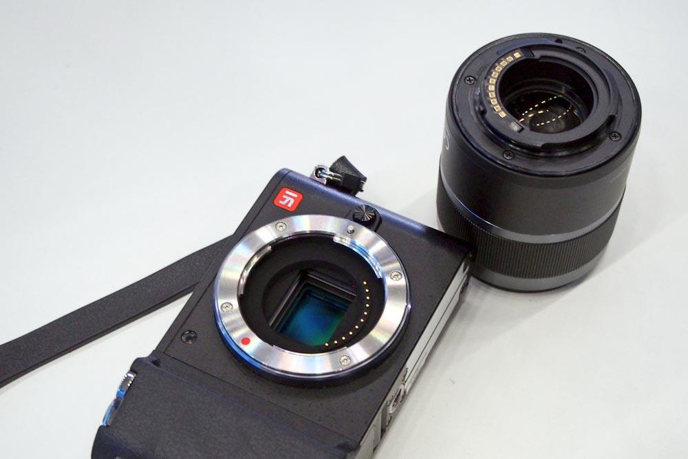 YI-kamerarunko ja -objektiivi. Kuva: Harri Hietala