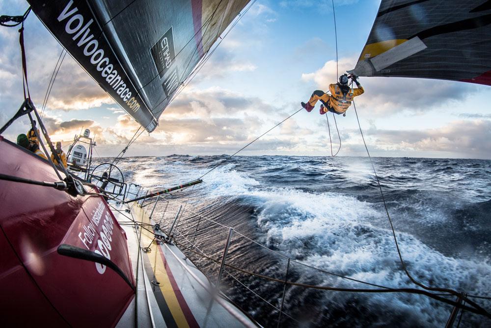 """Luke """"Parko"""" Parkinson sitoo vaihtopurjetta Jäämerellä. © Matt Knighton / Abu Dhabi Ocean Racing."""