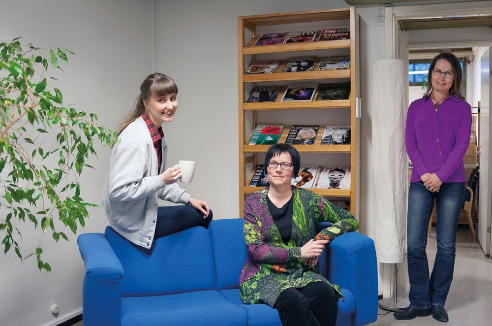 Ronja Korhonen (vas.), Minna Jerrman ja Leena Saarela viettävät kahvitaukoa uudessa  toimituksen tilassa.