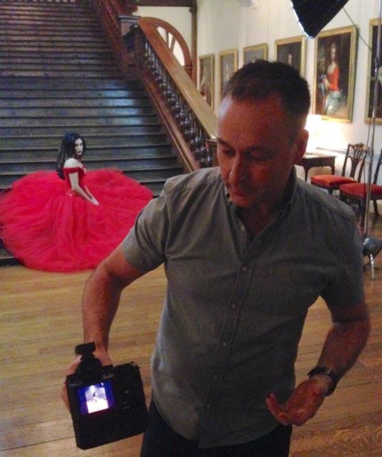 Wayne Johns, lontoolainen mainoskuvaaja, esitteli kameran käyttöä Althorp-kartanon näyttävässä portaikossa. Osallistujilla oli myös mahdollisuus kuvata omatoimisesti. Yhteensä valokuvausrasteja oli viisi, kaikki vaativia kuvausaiheita eri puolilla kartanoa. Kuva: Timo Ripatti