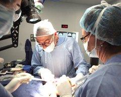 El dr. Rubén Davó durante una intervención de implantes cigomáticos - Ruben M. Davo Rodriguez
