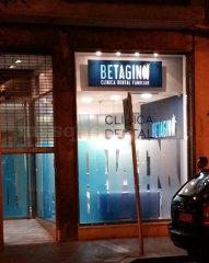 Entrada a la clínica - Betaginn, Clínica Dental Familiar