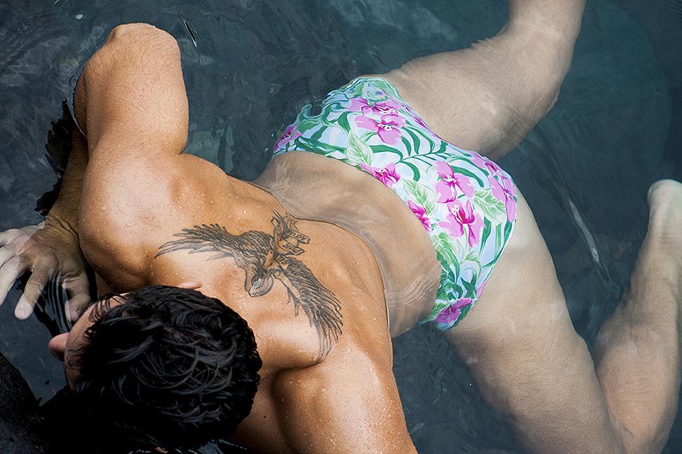 Moises Garcia in manus swimwear