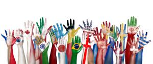 Grupp av uppsträckta händer målade med olika flaggor