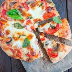 Vegane Pizza mit karamellisierten Zwiebeln & Pilzen (250 g)