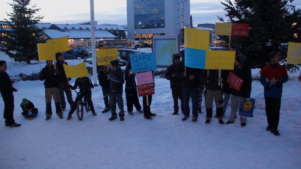 Elever fra Piorsaavik demonstrerer
