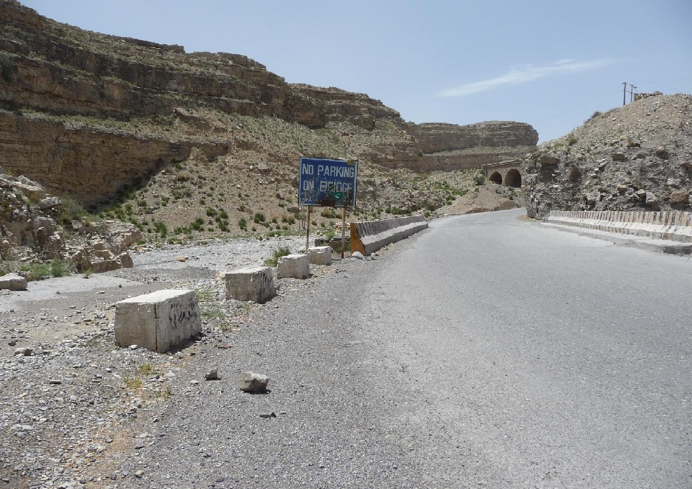 De weg tussen Sukkur en Sibbi, kort voor de Bolanpas