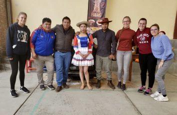 Isabel, María y Marian colaboran en la organización de la kermesse de El Alto