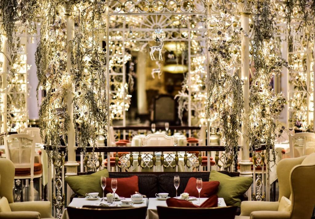 thames_foyer_festive_ryFBU