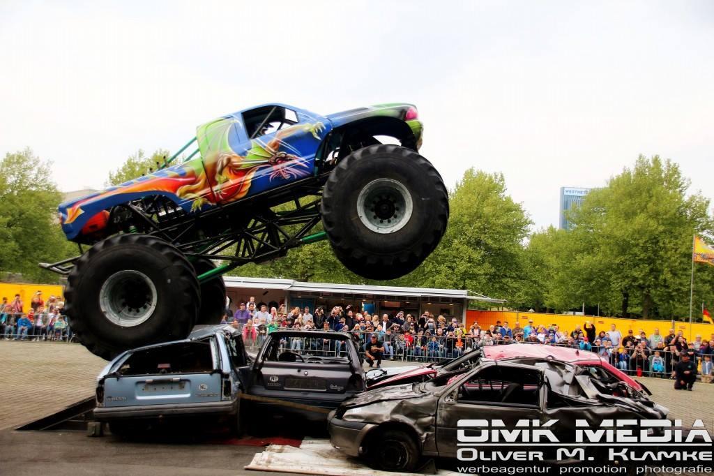 stunt und monster truck show in voerde am parkplatz marktkauf voerde. Black Bedroom Furniture Sets. Home Design Ideas
