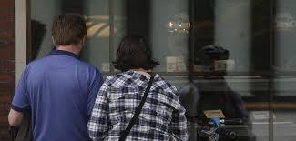 Dos personas observando un escaparate