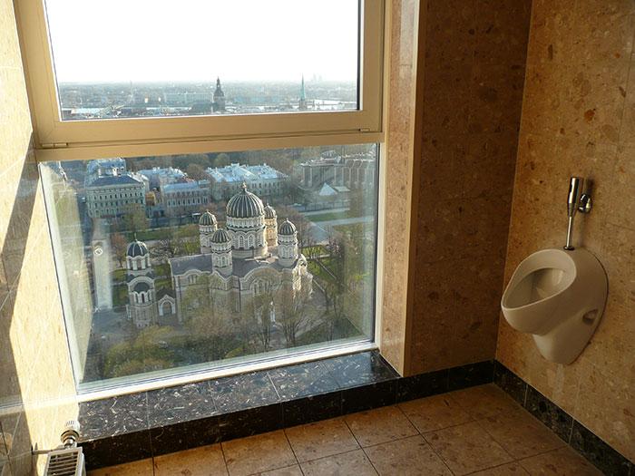 Туалет над Ригой