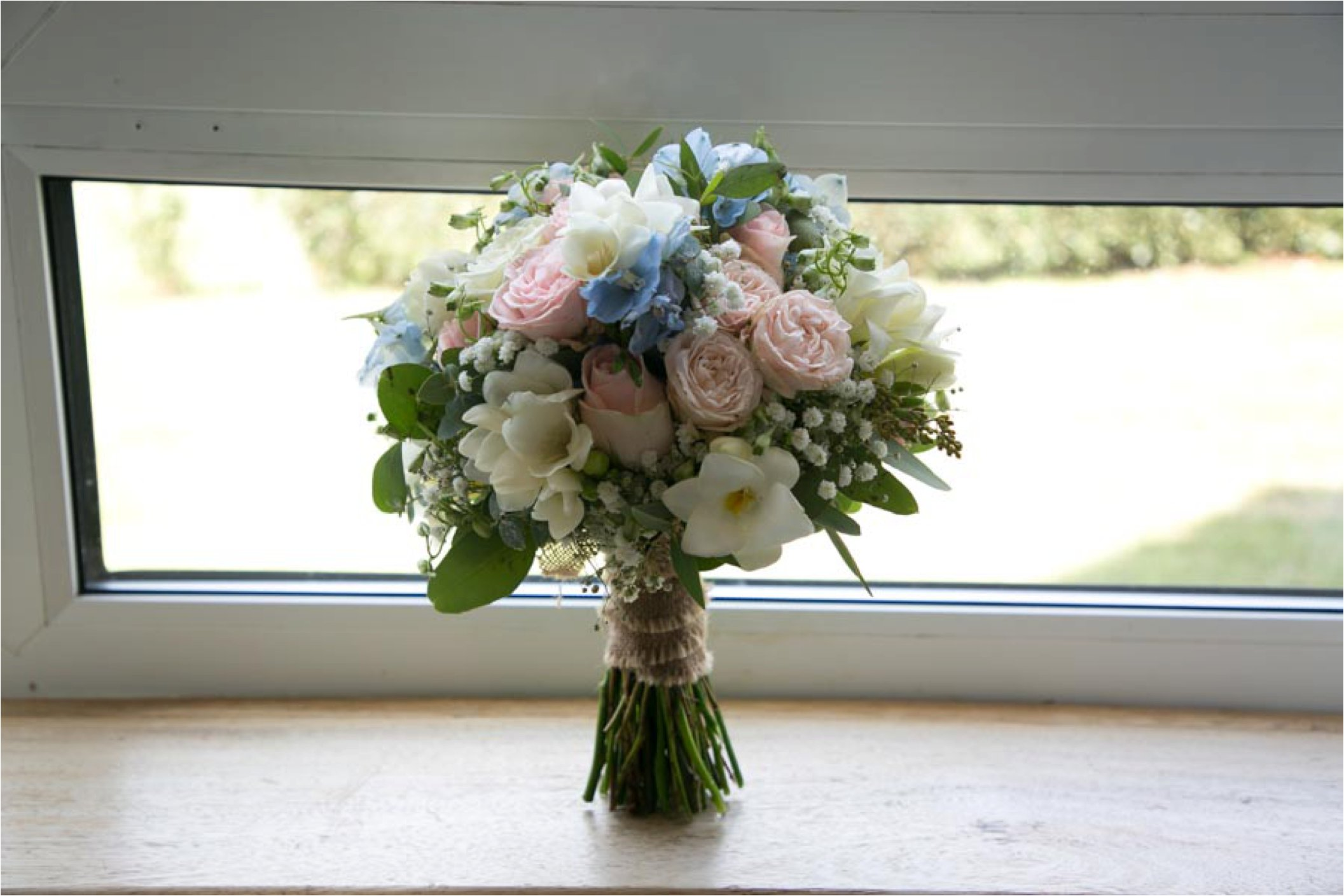 pastel flowers at stoke by nayland golf club wedding photography