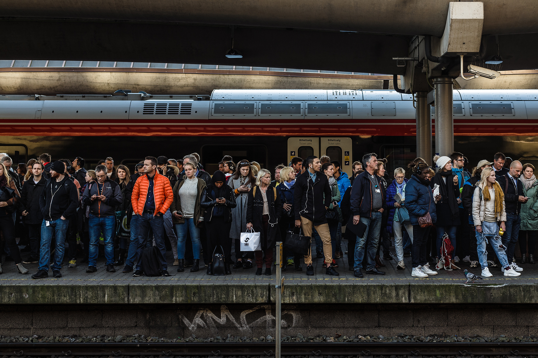 People waiting for the train in Oslo, Norway. Photo: Tore Bustad, CC