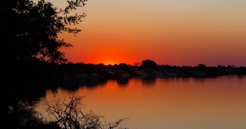 Coucher de soleil sur la rivière et les paysages de l'ile Impalila