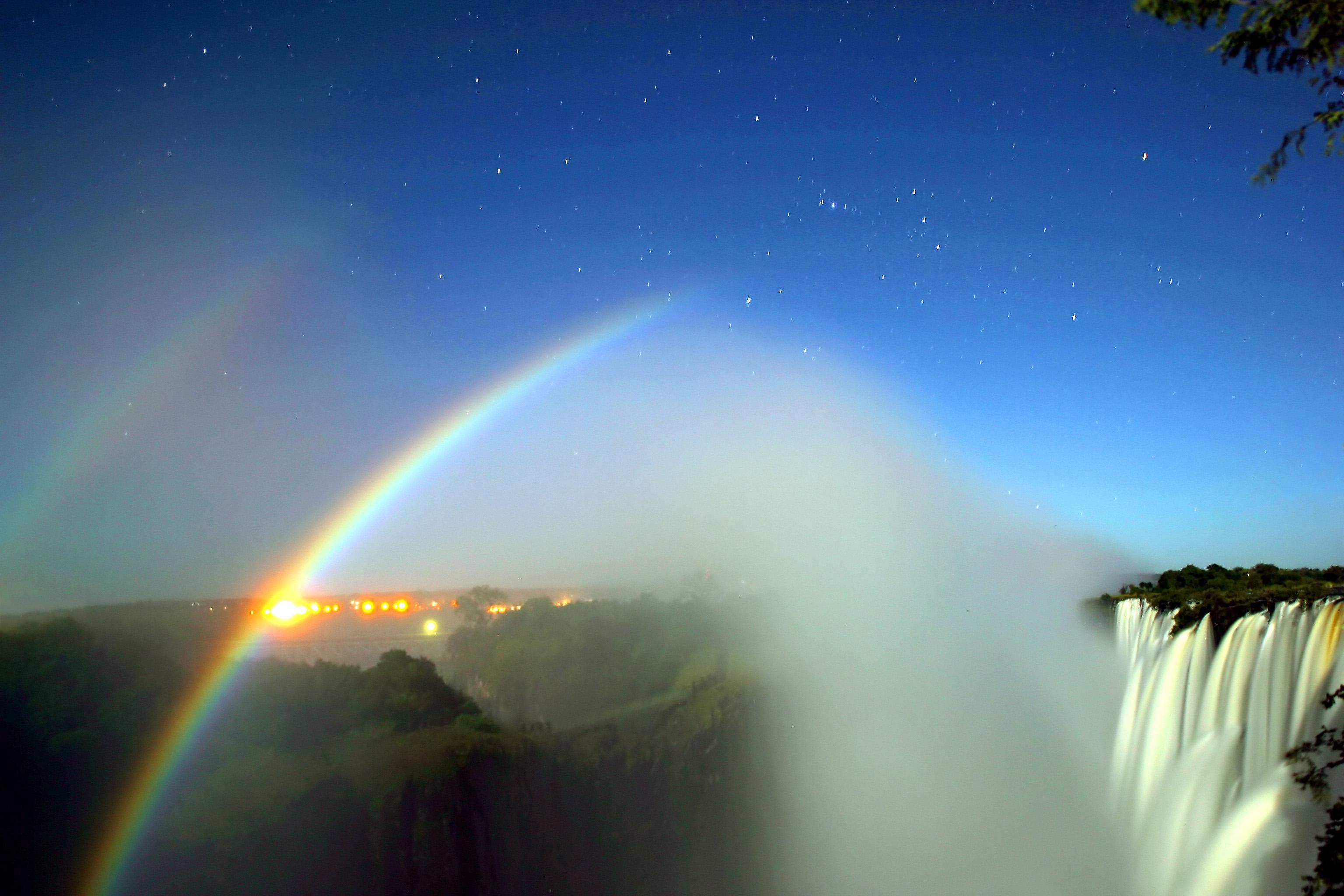 """Lunar-Rainbows oder """"Moonbows"""" - Mondscheinregenbogen in den Victoria-Fällen"""