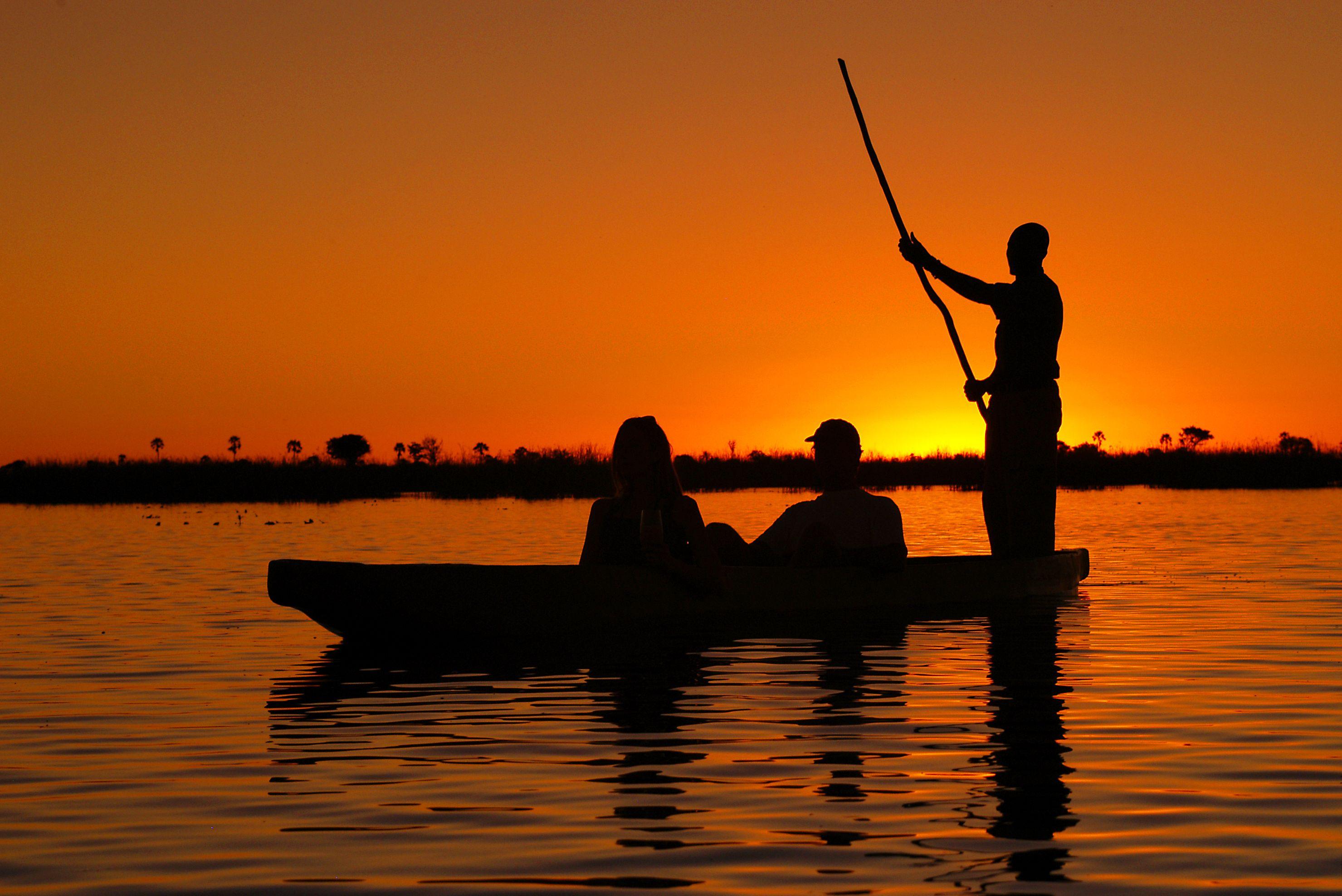 Safari en mokoro por el delta del Okavango al atardecer
