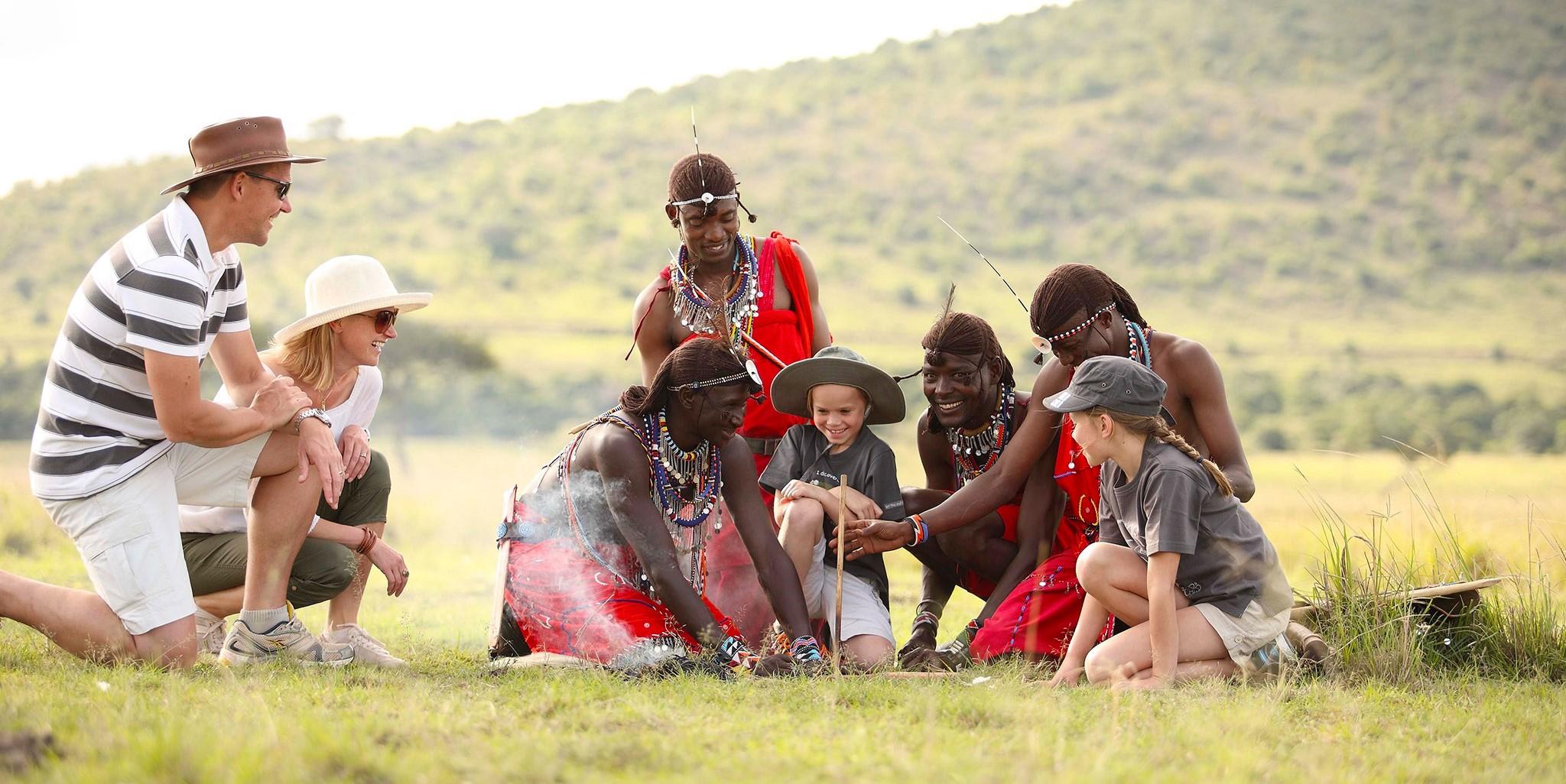 Familia interactua con un grupo de masáis en Kenia