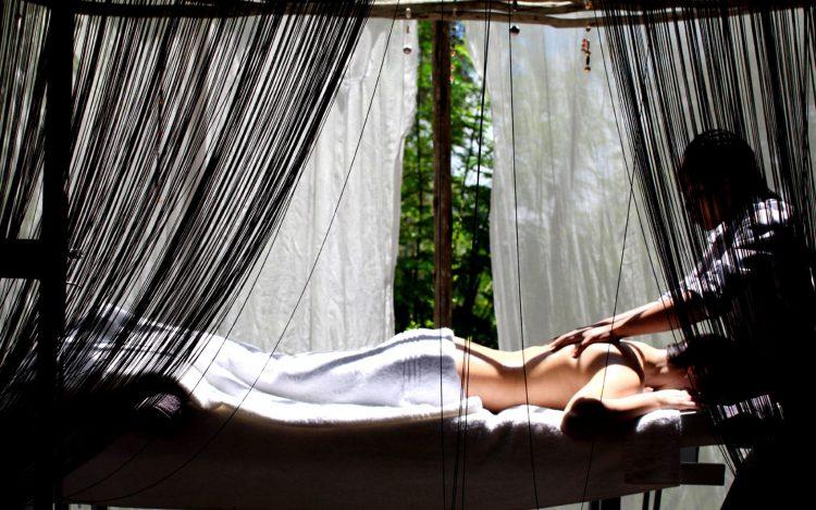 Mujer recibiendo un masaje en la Reserva Privada de Animales Chitwa Chitwa