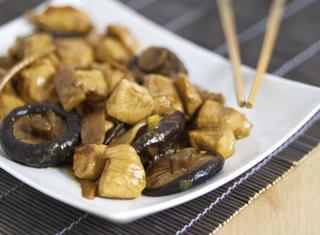 Come preparare il pollo con funghi e bambù