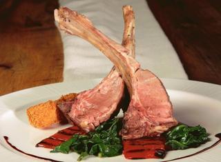 Costolette di agnello arrosto con spinaci, melanzana fritta e salsa al pinot nero e rosmarino