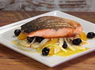 Salmone piastrato con insalata di finocchi arance e olive
