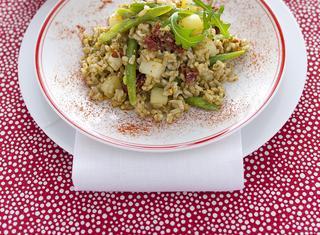 Insalata di riso integrale al pesto con le verdure